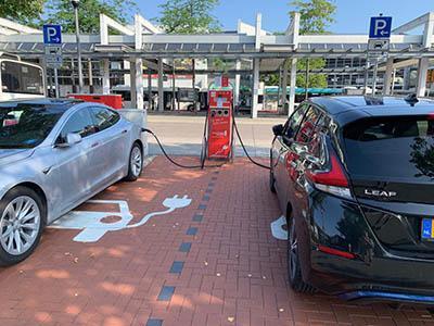 Pal voor het station in het centrum twee uur gratis parkeren dankzij je EV. Met gratis stroom op de koop toe!