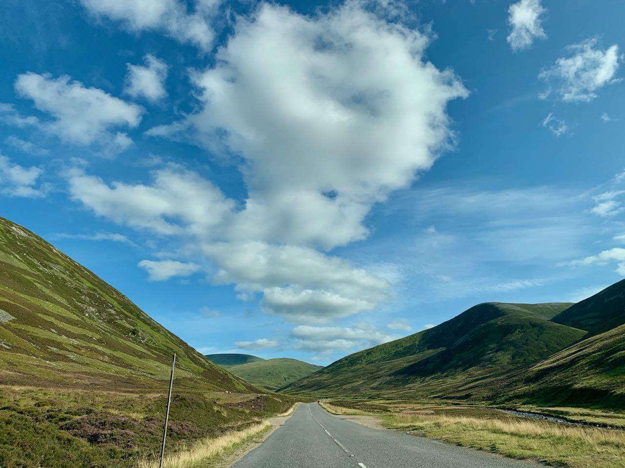 De weg door Cairngorms National Park