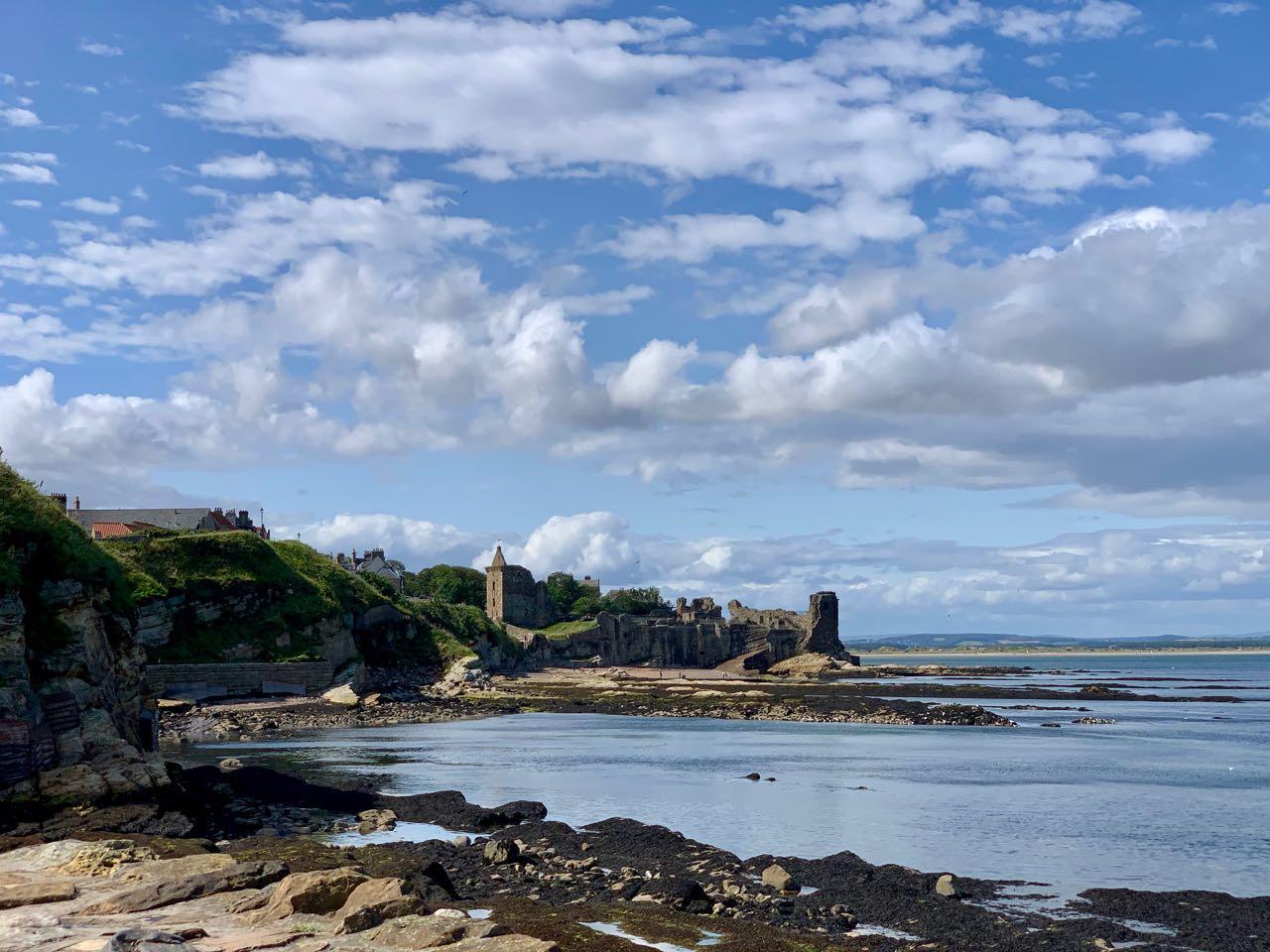 Uitzicht vanaf de haven op St. Andrews Castle