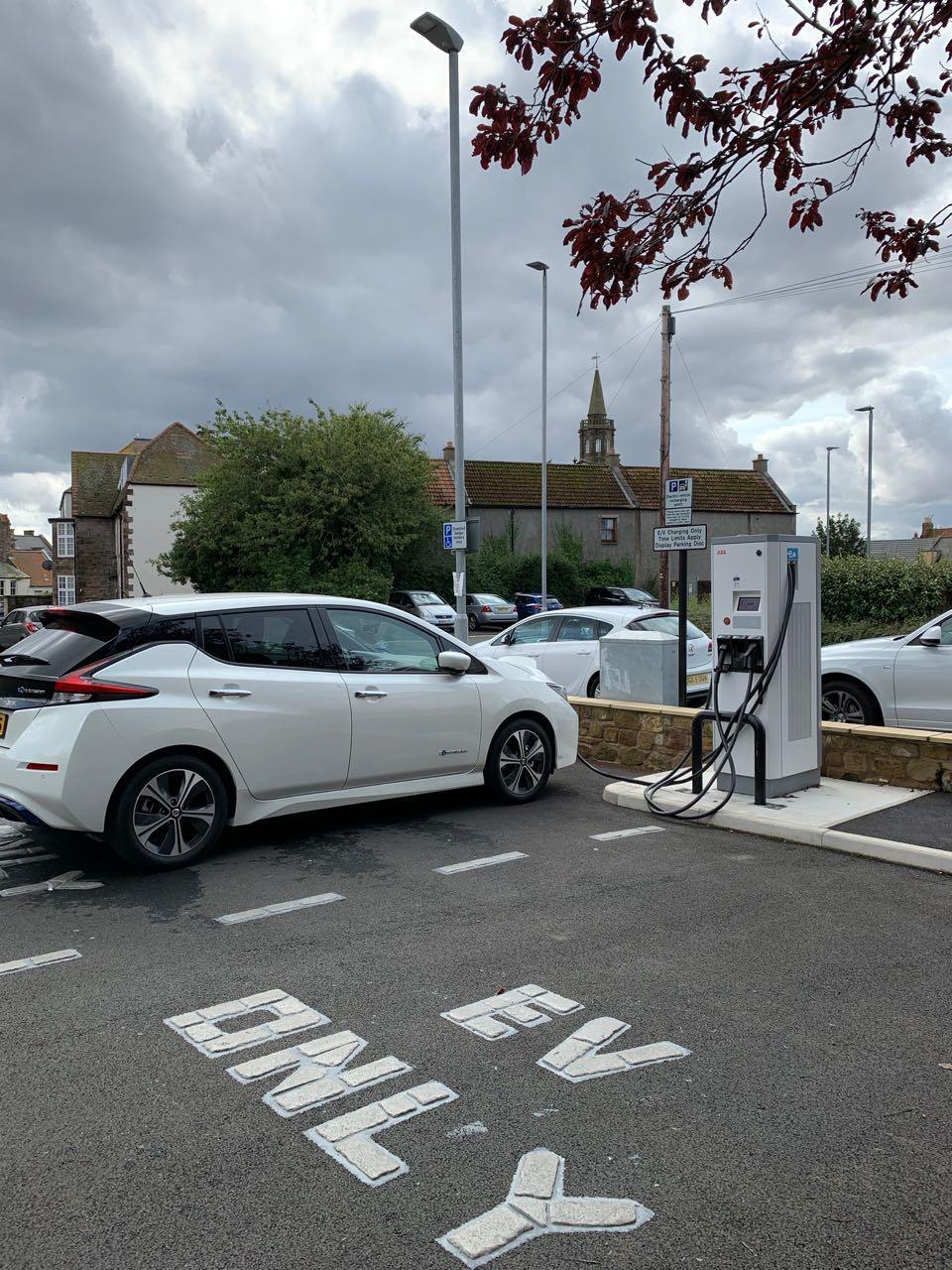 Nissan Leaf op laadpunt in Berwick-upon-Tweed